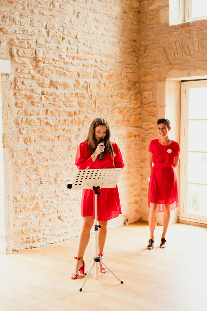 officiante de ceremonie red dress