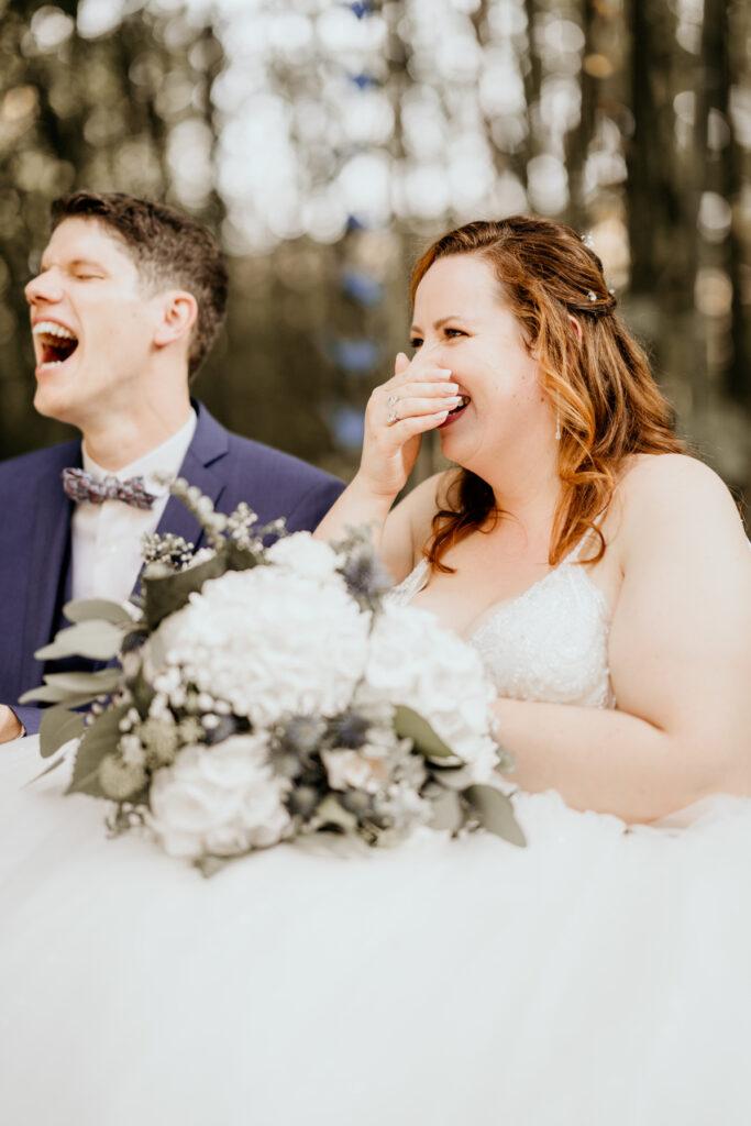 ceremonie engagement rire mariés bouquet de mariée wedding planner lyon organisation mariage beaujolais