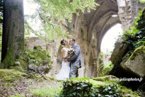 Se marier en Champagne : Séance photos d'un couple de mariés dans les ruines du'une abbaye